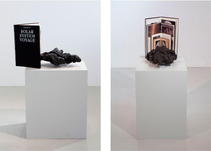 Elleve kilometer i sekundet. Bøkene Astronomi (1899) Verdens-altets bygning, størrelse og alder (1935), The Messier Album (1978), Det ny verdensrom (1974), Månens erobring (1969), Solar system voyage (2002), uidentifisert plastobjekt, akryl. 42x52xh27 cm, 2011.