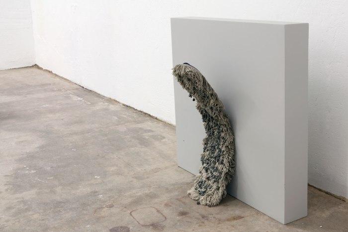 Gravitasjon # 1, mopp med grus festet i enden av hårene, 15x15x42 cm, 2011.